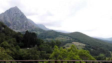 Cimas desde el mirador con el pico de San Vicente en primer plano